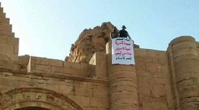 Harakat al-Nujaba Hangs Ansarullah's Banner In Liberated Section Of Mosul, Displaying Iraqi-Yemeni Bond