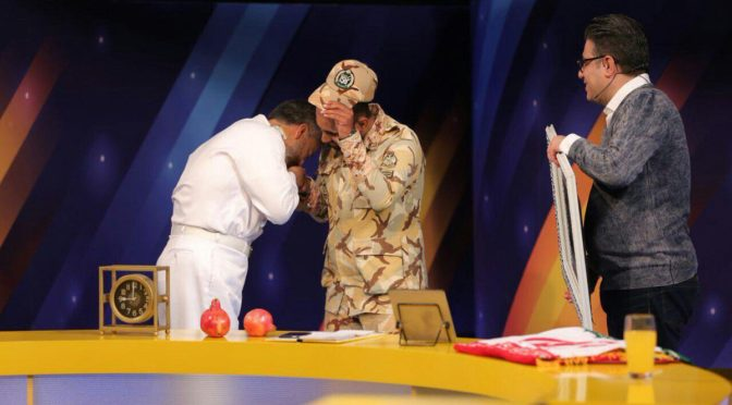 The Humbleness Of Iran's Defenders: Major General Sayyari Kisses The Hands Of Ahvaz Hero Moujtaba Muhammadi